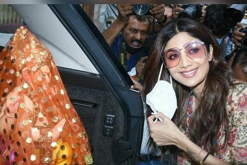 Shilpa Shetty poses with the Ganpati idol. (Photo: Instagram/Varinder Chawla)