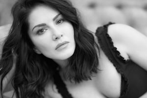 Sunny Leone Looks Hot As She Flaunts Her Cleavage In Tank Top, See Diva's Sexy Pics