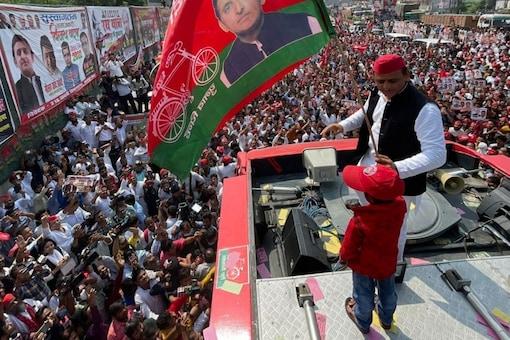 Samajwadi Party chief Akhilesh Yadav began Vijay Rath Yatra from Kanpur in Uttar Pradesh on October 12. (Image: News18)