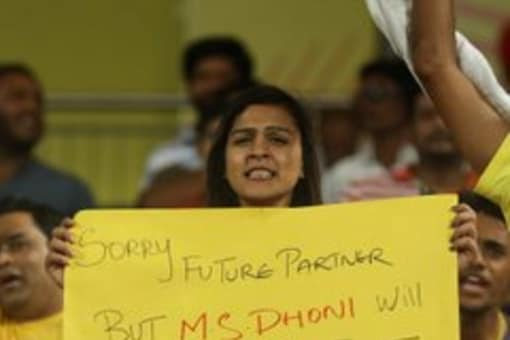 Back in 2018, a female fan of Dhoni professed her love for him. During an IPL, one of the female supporters in the stands stood up with a banner held high