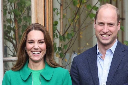 Britain's Prince William, Duke of Cambridge and Britain's Catherine, Duchess of Cambridge pose during their visit to take part in a Generation Earthshot educational initiative comprising of activities designed to generate ideas to repair the planet and spark enthusiasm for the natural world, at Kew Gardens, London on October 13, 2021. (Credits: AFP)