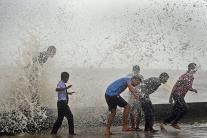 Mumbai Monsoon: Mumbaikars Enjoy High Tide at Worli Sea Face