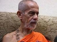 Spiritual guru urges Advani not to give up politics