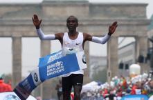 Kipchoge Wins Rainy Berlin Marathon, Misses World Record