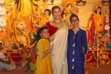 Durga Puja: Sushmita Sen's Dhunuchi Naach with Daughters is the Best Thing You'll See Today