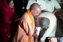Raman Singh Touches Feet of Yogi Adityanath, 20 Years His Junior, to Seek Blessings for Elections