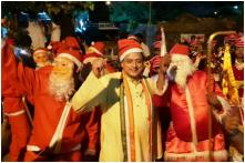 Watch: Shashi Tharoor Spent Christmas Eve Singing 'Silent Night' and Meeting Santa Clauses