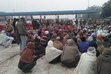 Farmers Marching to Delhi Tie their Hands in Symbolic Protest at DND Flyway