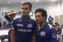 MI Youngsters Line Up for Pictures & Autographs with Tendulkar