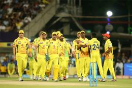 Dhoni's Gives Special Parting Gift for Pune Groundsmen after CSK Play Last 'Home' Game