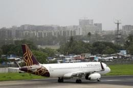Vistara Flight Lands in Lucknow With Just 10 Minutes of Fuel Left, Pilot Grounded for Issuing 'Mayday Call'