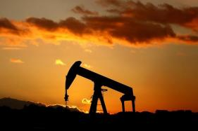 Oil Prices Fall Amid Record US Output, Stockpile Build