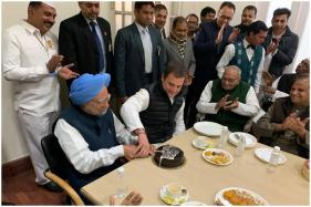 Rahul Gandhi Cutting Cake With Manmohan Singh on Congress Foundation Day is Winning Hearts on Twitter
