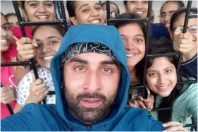 Ranbir Kapoor's Groupfie with Female Fans is the Most Adorable Thing Today, See Here