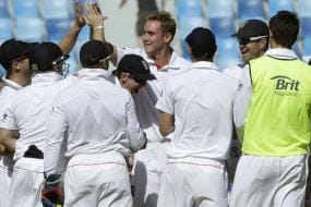 Wickets tumble on Day 1 of Pak-Eng Test