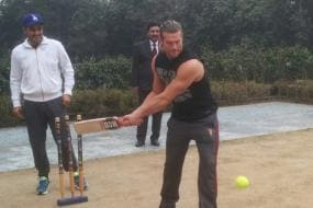 WWE: Charlotte, Dolph Ziggler get first taste of cricket from Sehwag