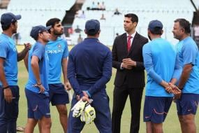 Ashish Nehra Seen in a New Avatar During 2nd Day of Kolkata Test