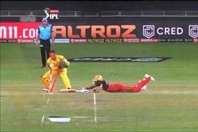 IPL 2020: Netizens Impressed With Virat Kohli's Speed As He Slides Past Wicketkeeper MS Dhoni