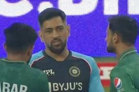 IND vs PAK, T20 World Cup 2021: 'The Gracious Legend'-Twitter Hails Dhoni as He Interacts With Pakistan Players After Defeat
