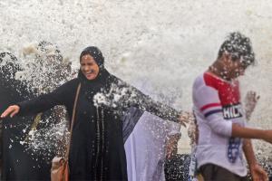 Mumbai Monsoon: Mumbaikars Enjoy High Tide at Worli Seaface