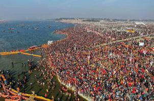 Kumbh 2019: Sea Of Devotees Take Holy Dip in Sangam on Makar Sankranti