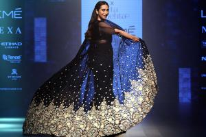 12 Glamorous Photos of Karisma Kapoor Walking The Ramp