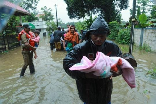 Kerala Floods LIVE Updates: CM Vijayan Says 324 Killed, Over 3 Lakh Displaced; 80,000 Rescued in One Day