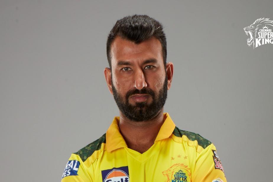 IPL 2021: Cheteshwar Pujara Receives CSK Jersey from Skipper MS Dhoni