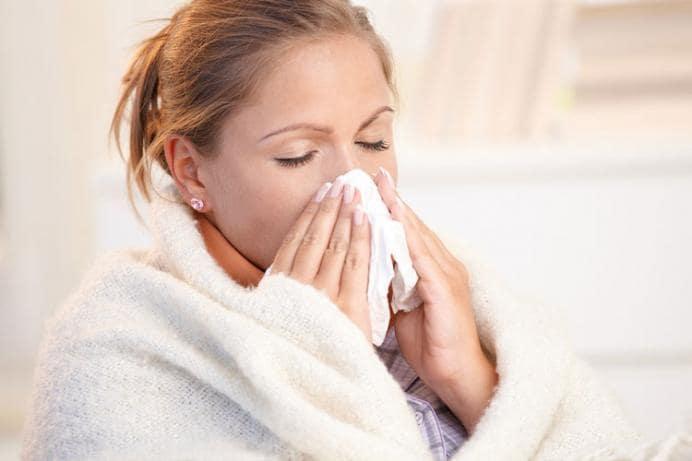 आजारी व्यक्तीपासून दूर राहा - सर्दी-खोकला-ताप असलेल्या व्यक्तीपासून दूर राहा. अशा व्यक्तींच्या संपर्कात राहू नका. शिवाय प्राण्यांपासूनही शक्यतो दूरच राहा.
