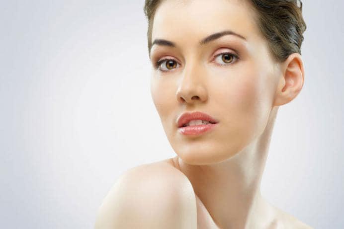 त्वचेवर तेज - शरीर डिहायड्रेट असल्यास चेहऱ्यावर फाइन लाइन्स आणि रिंकल्स येतात. पाणी प्यायल्याने त्वचेच्या पेशी हायड्रेट राहतात. शिवाय शरीरात पुरेशा प्रमाणात पाणी असेल, तर शरीरातील विषारी घटक दूर होतात आणि रक्तप्रवाहही सुरळीत राहण्यास मदत होते. त्यामुळे त्वचेवर तेज येतं.