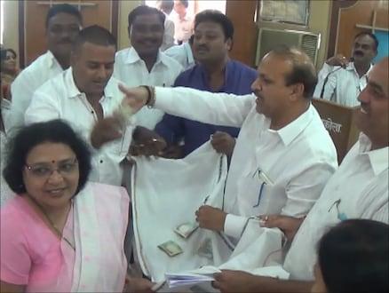 अकोला : निधी देत नाही म्हणून नगरसेवकांनी भीक मागून गोळा केले 800 रुपये !