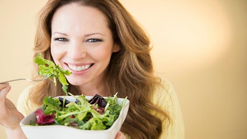 आवश्यक त्या वेळेला हेल्दी पदार्थ खा. खाताना टिव्ही पाहू नका, मोबाइलमध्ये गुंतू नका. पूर्ण मन खाण्यात असावं. यामुळे पोट भरेल आणि वारंवार भूकही लागणार नाही.