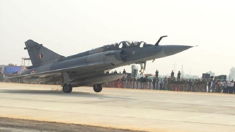 मंगळवारी पहाटे भारताने आपल्या हवाईदलातली 12 लढाऊ  विमानं पाकव्याप्त काश्मीरमध्ये पाठवली आणि तिथल्या जैश ए मोहम्मद या अतिरेकी संघटनेच्या तळांचा अचूक वेध घेतला. ही विमानं होती - फ्रेंच बनावटीची मिराज2000