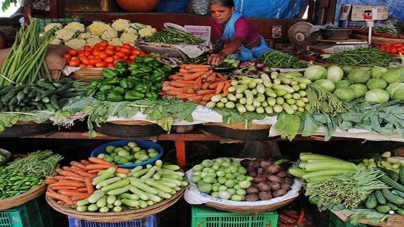 घराजवळच भाजी खरेदीला जाणार असाल तर शक्यतो बादली घेऊन जा आणि भाजी विक्रेत्याला त्यामध्ये भाजी टाकण्यास सांगा, तुम्ही त्या भाज्यांना हात लावू नका. घरी आल्यानंतर भाजी असलेल्या त्या बादलीत थोडा वेळ पाणी ओतून ठेवा.