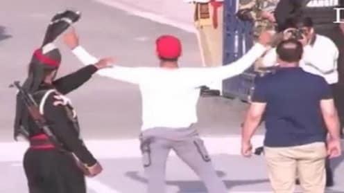 वाघा बाॅर्डरवर पाकच्या क्रिकेटरने भारताकडे पाहुन केले विचित्र हावभाव