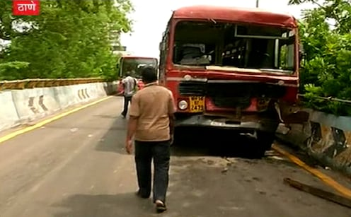 ठाण्यातील सॅटिस पुलावर दोन एसटी बसची टक्कर, 12 जण जखमी