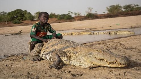 मगरींशी खेळायचंय? तर आफ्रिकेतल्या या गावात चला!