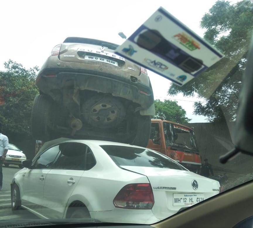 यात डस्टर गाडी समोरील व्हिंटो कारवर आदळली. धडक एवढी जोरात होती की चार गाड्या एकमेकांना धडकल्या. त्यात डस्टर गाडी व्हिंटो गाडीवर जाऊन चढली.