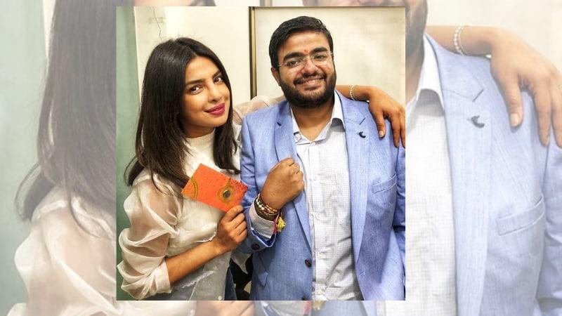 प्रियांकानं रक्षाबंधनाचे फोटे सोशल मीडियावर शेअर केले. त्यात भावाच्या हातावर राखी आणि तिच्या हातात पाकीट दिसतंय. ती भावानं दिलेली भेट आहे.