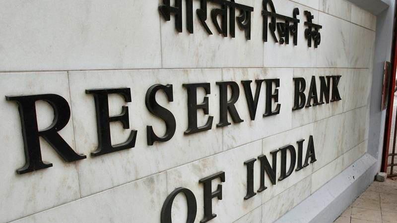 देशातील वाढती गुन्हेगारी आणि सायबर क्राईम कमी करण्यासाठी आणि त्यातून ग्राहकांना सुरक्षित ठेवण्यासाठी भारतीय रिझर्व्ह बँकेने (आरबीआय) बँकांना फक्त चिप आधारित आणि पिनवर आधारित डेबिट आणि क्रेडिट कार्ड जारी करण्यास सांगितले आहे.