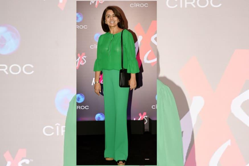 हिरव्या रंगाच्या ड्रेसमध्ये नितू सिंग खुलून दिसत होती.