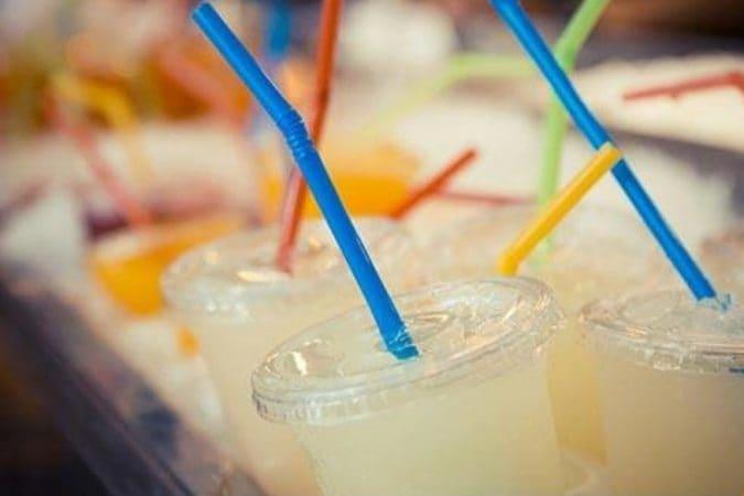 आता सॉफ्ट ड्रिंक्स ऑर्डर केल्यानंतर प्यायचं कसं असा मोठा प्रश्न आपल्या समोर असतो. तेव्हा आपण स्ट्रॉचा उपयोग करतो.