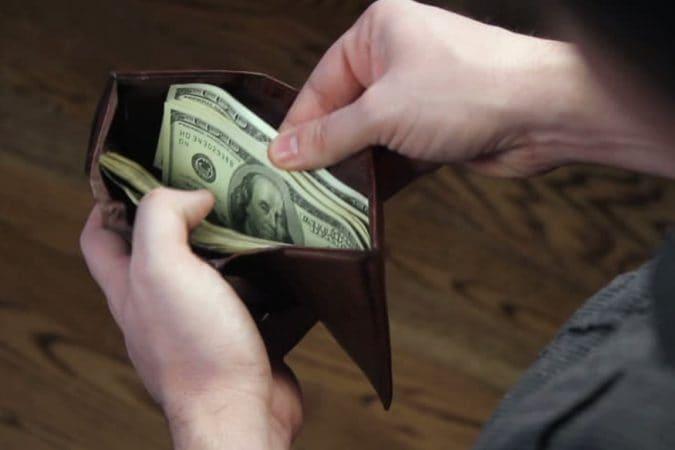 जर तुमच्याकडे पैसे टिकत नसतील तर तुमच्या पाकिटातून या गोष्टी त्वरित दूर करा