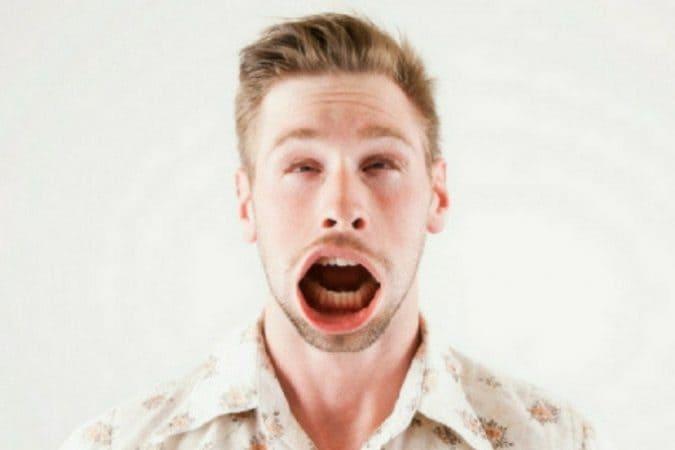 दुबईत शिव्या देणं तसंच सांकेतिक भाषेत बोलणं या दोन्ही गोष्टींना सक्त मनाई आहे. तुम्हाला एखाद्यावर राग जरी आला तरी तुम्हाला स्वतःवर संयम पाळावा लागेल. नाही तर तुमची रवानगी तुरूंगात होऊ शकते.