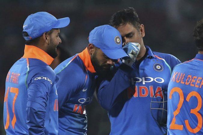 वेस्ट इंडीजविरुद्ध दुसऱ्या एकदिवसीय सामन्यात ३२१ धावा केल्यानंतरही भारतीय संघ सामना जिंकण्यात अपयशी ठरली. भारतीय क्रिकेटच्या इतिहासात तिसऱ्यांदा ३२१ हा आकडा वाईट ठरला आहे.