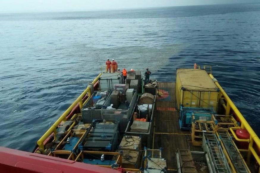 इंडोनेशियाच्या सुरक्षा आणि बचाव पथकाचे प्रवक्ते युसुफ लतिफ यांनी सांगितलं की, सकाळी ६.३० वाजता (भारतीय प्रमाणवेळेनुसार सकाळी ५ वाजता) या विमानाचा नियंत्रण कक्षाशी संपर्क तुटला आणि त्यानंतर विमान ३० ते ४० मीटर खोल समुद्रात कोसळलं. बांगका नावाच्या बेटाजवळ विमानाचे अवशेष शोधण्याचे प्रयत्न सुरू आहेत. प्रवाशांपैकी कुणी जिवंत असण्याची शक्यता धुसर आहे.