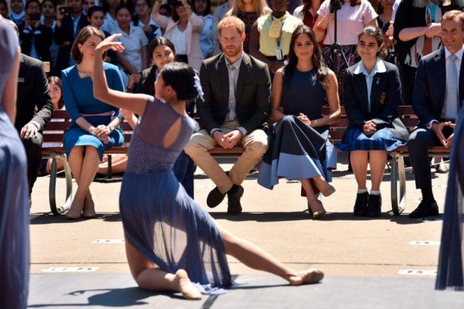 प्रिन्स हॅरी आणि मेगनने या दौऱ्यात सिडनी येथे मकार्थर गर्ल्स हायस्कूलच्या मुलींचा डान्स परफॉर्मन्सही पाहिला.