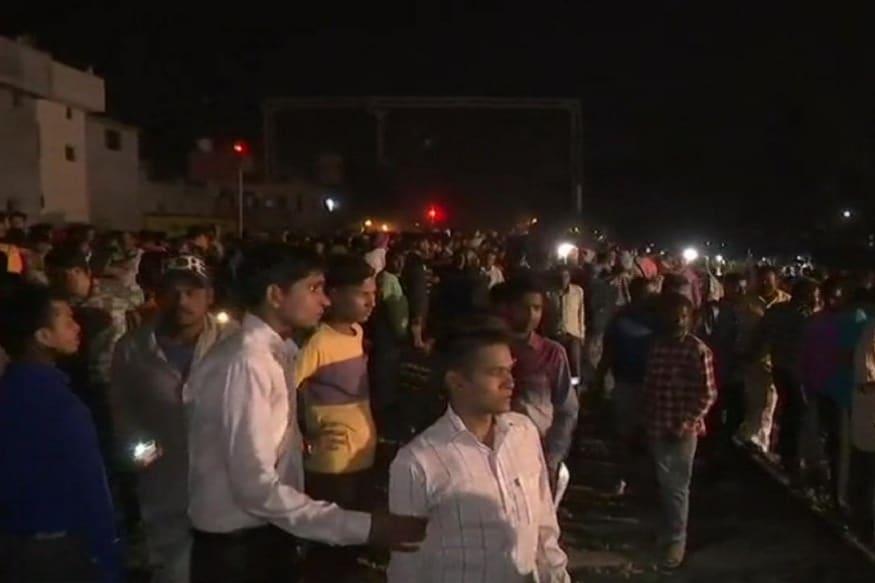 ट्रेनचा इमर्जन्सी ब्रेक दाबल्यावर गाडीचा वेग अतिशय कमी झाला. मात्र  वेग कमी केल्यावर लोकांनी ट्रेनवर दगडांचा मारा सुरू केला.
