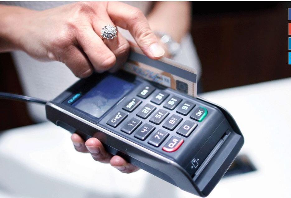 2019मध्ये नवीन वर्षाच्या पहिल्या दिवशी तुमचे डेबिट आणि क्रेडिट कार्ड बंद होणार आहेत. रिझर्व्ह बँक ऑफ इंडियाच्या आदेशानुसार 31 डिसेंबरपर्यंत मॅग्नेटिक स्ट्रिप असलेले डेबिट किंवा क्रेडिट कार्ड बदलून नवीन EVM चीप असणारे कार्ड दिले जाईल. जुन्या मॅग्नेटिक कार्डच्या तुलनेत नवीन कार्ड अधिक सुरक्षित आहे.