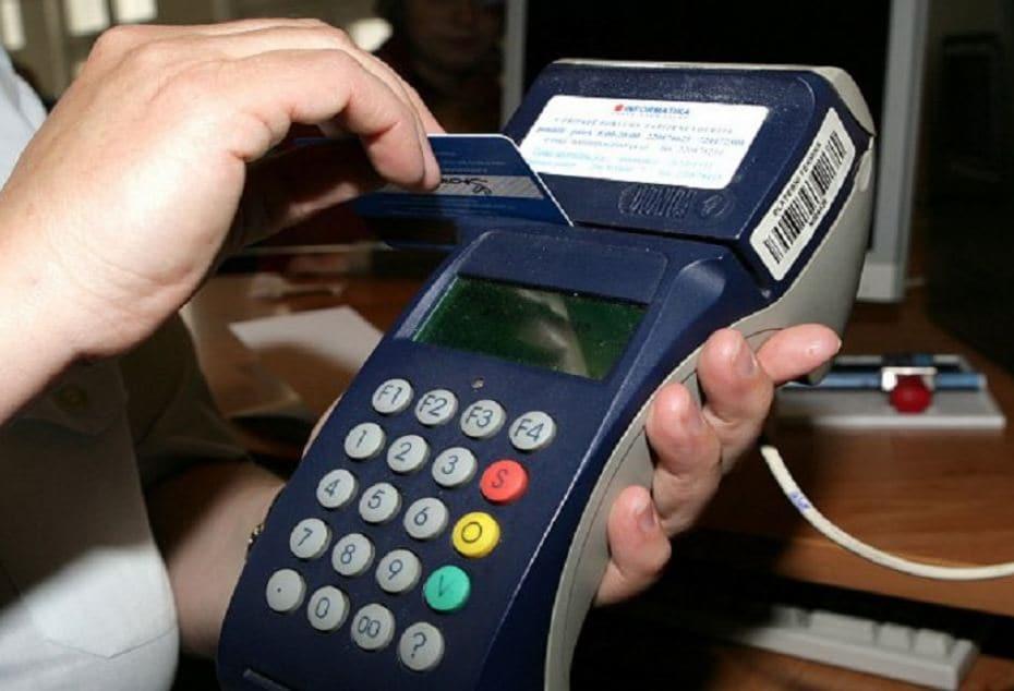 जुन्या ATM किंवा डेबिट कार्डच्या मागील बाजूला एक काळ्या रंगाची पट्टी आहे. त्या काळ्या पट्टीमध्ये मॅग्नेटिक स्ट्रिप असते. ज्यात तुमच्या खात्याची संपूर्ण माहिती उपलब्ध असते. त्यामुळे खेरदीच्या वेळी तुम्ही कार्ड स्वाईप करता पण अनेक वेळा तुमचं कार्ड रिजेक्ट केलं जातं. अशा वेळी तुमचं कार्ड सुरक्षित नसल्याने तुमच्या खात्याची माहिती दुसऱ्या व्यक्तीला कळू शकते.